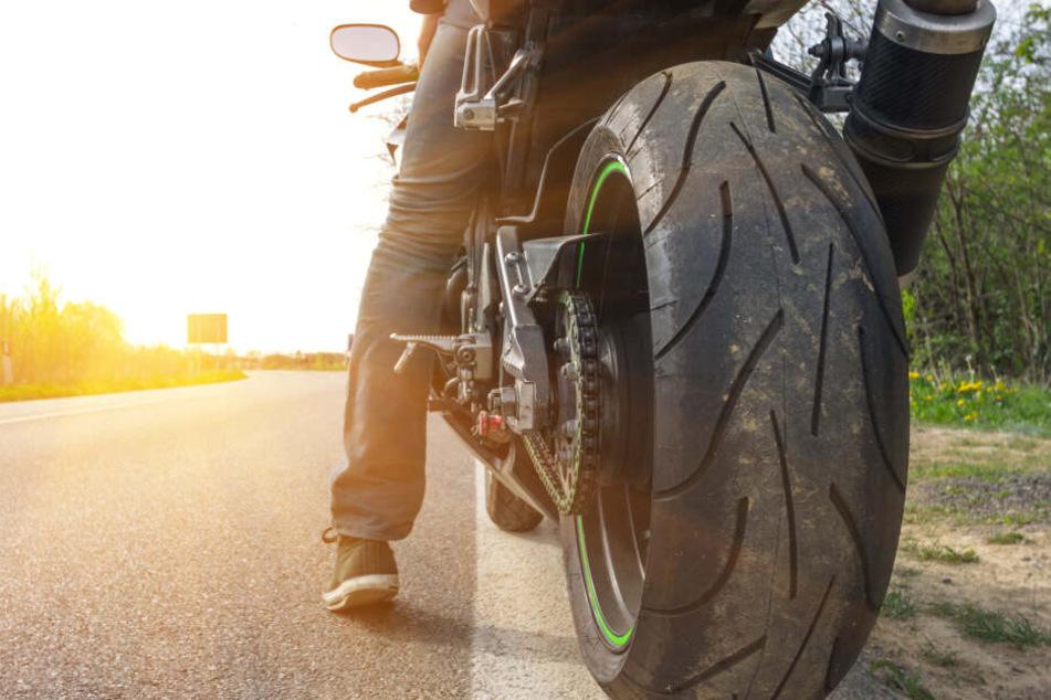 Der Biker hatte beim Beschleunigen die Kontrolle über sein Motorrad verloren. (Symbolbild)