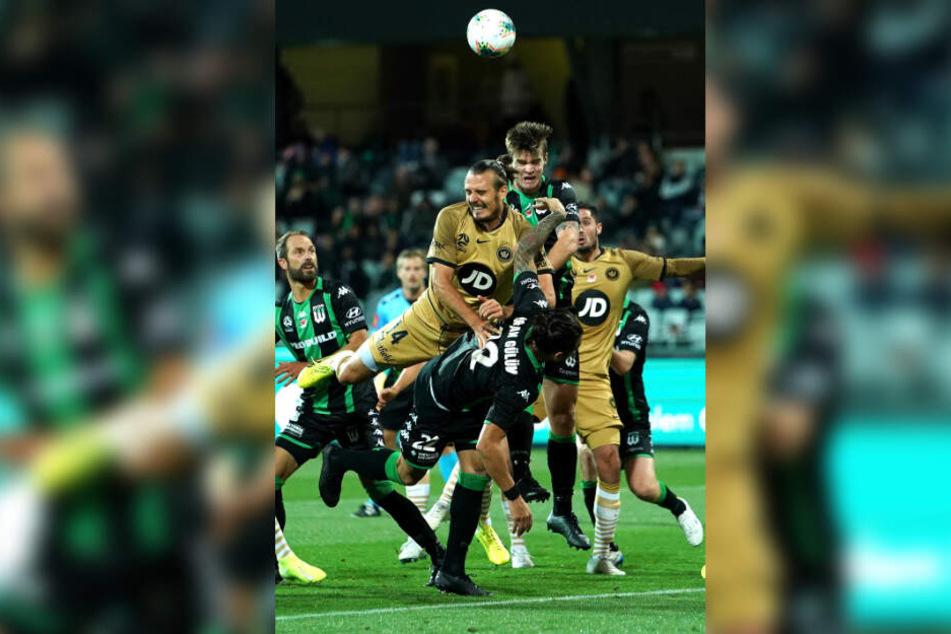 Alex Meier (M.) wirft sich aktuell für die Western Sydney Wanderers in die Bälle.