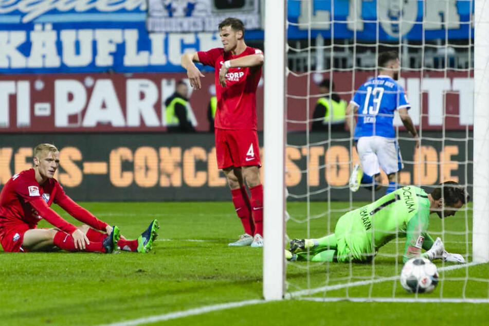 Bochum bekam einen Elfmeter, weil ein Ersatzspieler der Kieler ins Spiel eingegriffen hatte.