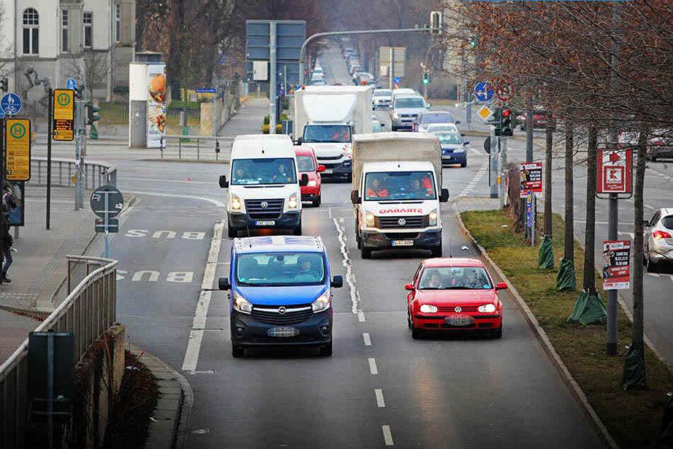Nicht nur die Fahrzeugflotten der Behörden wären von einem Diesel-Verbot lahm gelegt: Auch Zehntausende Dresdner fahren mit Diesel-Wagen durch die Stadt.