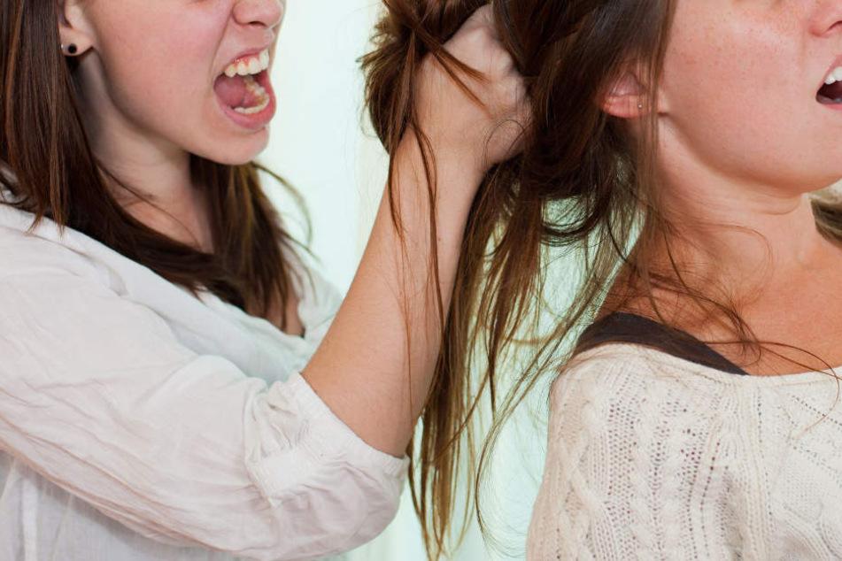 Die Frau schubste das Mädchen nicht nur, sondern beleidigte sie auch. (Symbolbild)