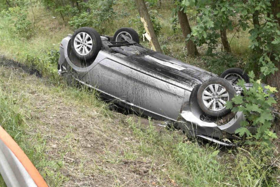 Der VW überschlug sich und landete auf dem Dach.