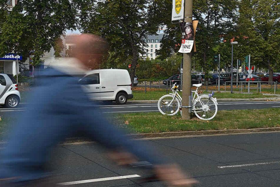 Ein Geisterrad erinnert an der St. Petersburger Straße an einen tödlichen Unfall mit einer Radfahrerin.