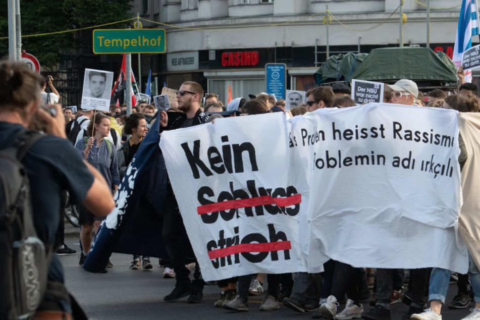"""Die Demontranten wie hier in Berlin fordern """"keinen Schlussstrich."""""""