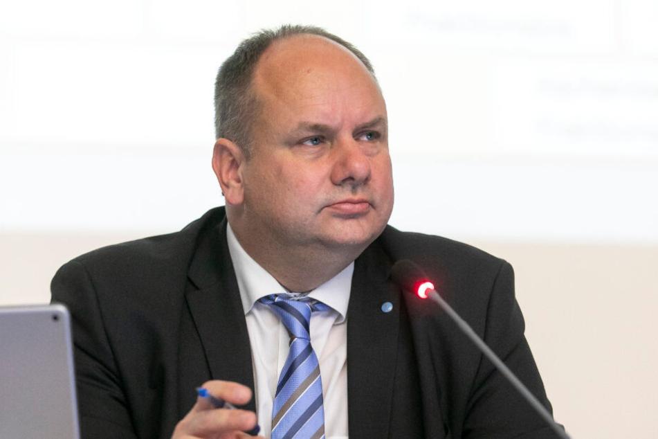 OB Dirk Hilbert (48, FDP) wird vor allen von den Linken für das Absetzen der Wahlen attackiert.
