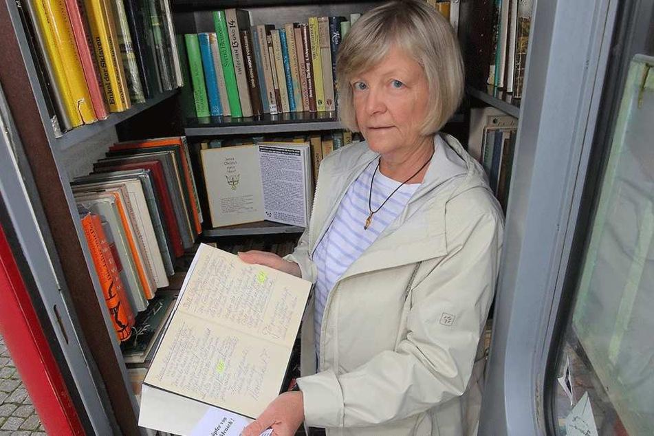 Vereinschefin Heike Berthold (60) musste bereits 60 Bücher mit wirren  Botschaften entsorgen.