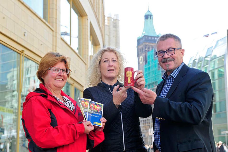 Prost! Irina Neumann (58) und Liane Barth (49) vom Marktamt stellen mit  Bürgermeister Miko Runkel (55, parteilos) die neue, schlankere Glühweintasse vor.