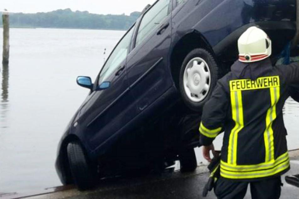Auto stürzt mit Mutter und zwei Kleinkindern ins Hafenbecken