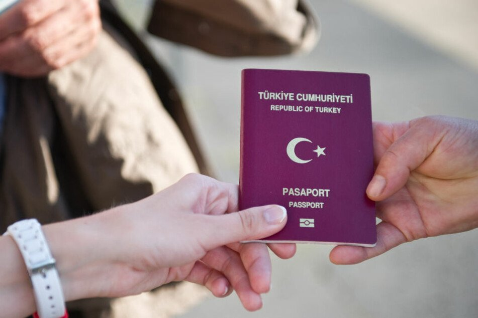 Bisher hat er nur den türkischen Pass.