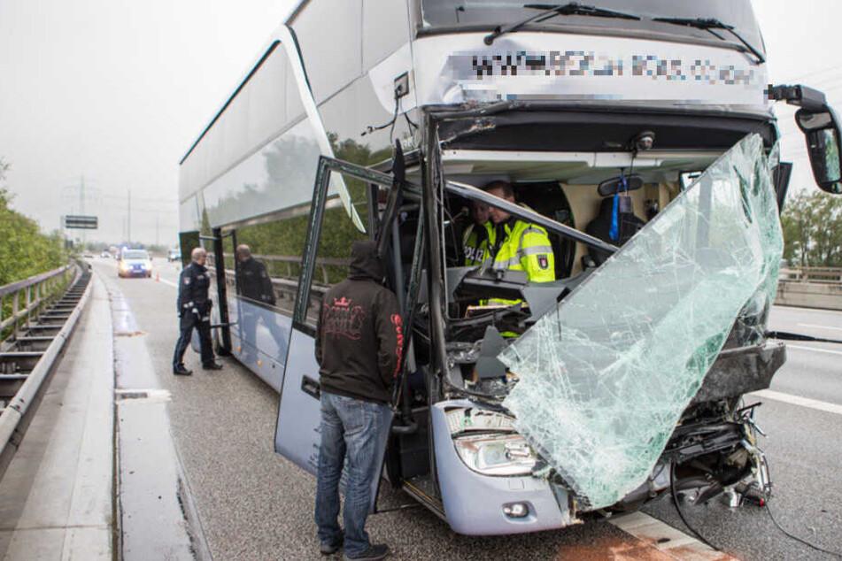 Die Frontscheibe des Busses wurde bei dem Unfall komplett zerstört.