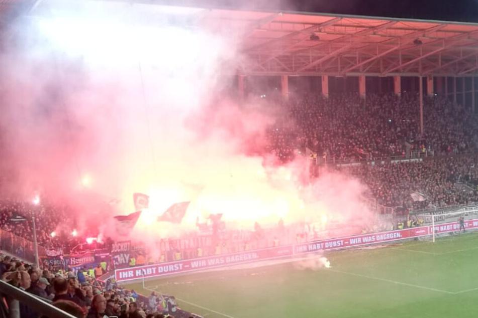 Parallel zu den St. Pauli-Fans zünden auch HSV-Anhänger Pyrotechnik.