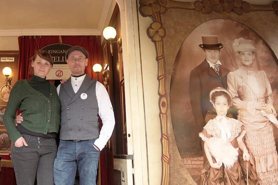 """Cornelia Freifrau von Fürstenberg und Nikolaus Freiherr von Fürstenberg stehen in ihrem Schaustellerwagen """"Königlich Bayerischer Hofphotograph"""" auf der Auer Dult."""