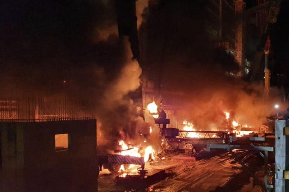 Ein verheerender Brand: Die Baukräne drohten auf ein umliegendes Wohnhaus und eine Gartenanlage zu stürzen.
