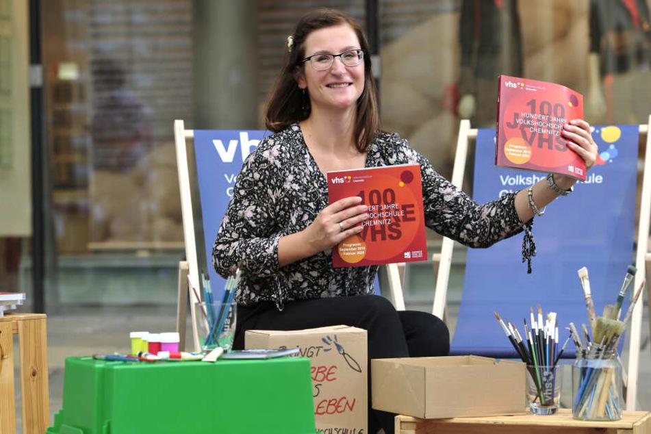 Sophie Gutjahr (34), pädagogische Mitarbeiterin der VHS, zeigt das neue Programmheft.