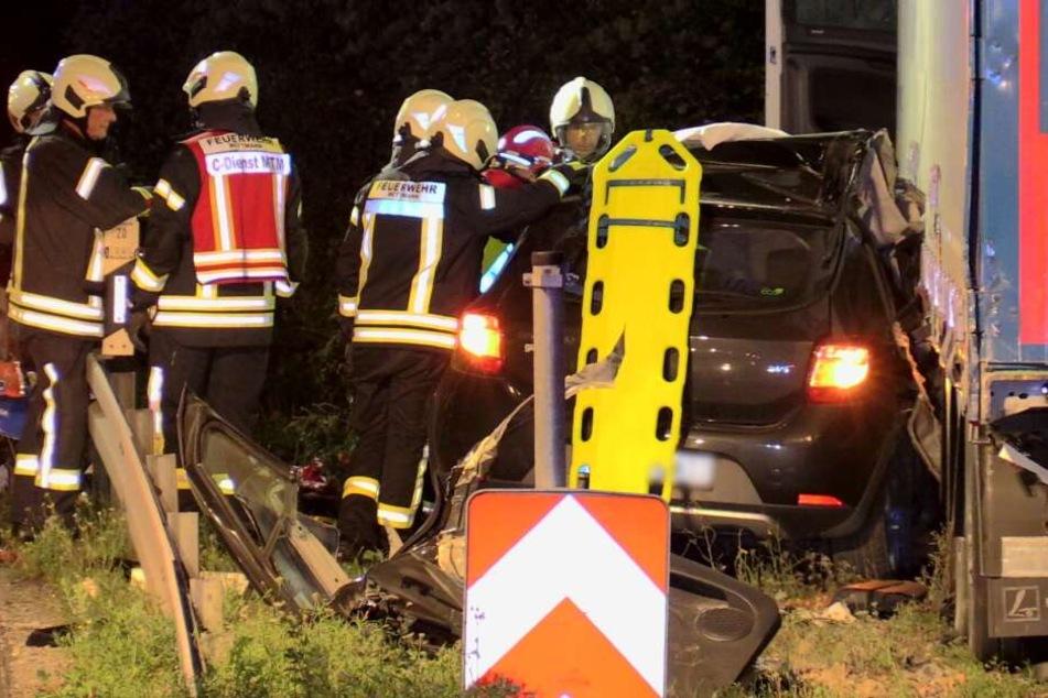 Kameraden der Feuerwehr konnten den Mann aus dem Autowrack befreien.