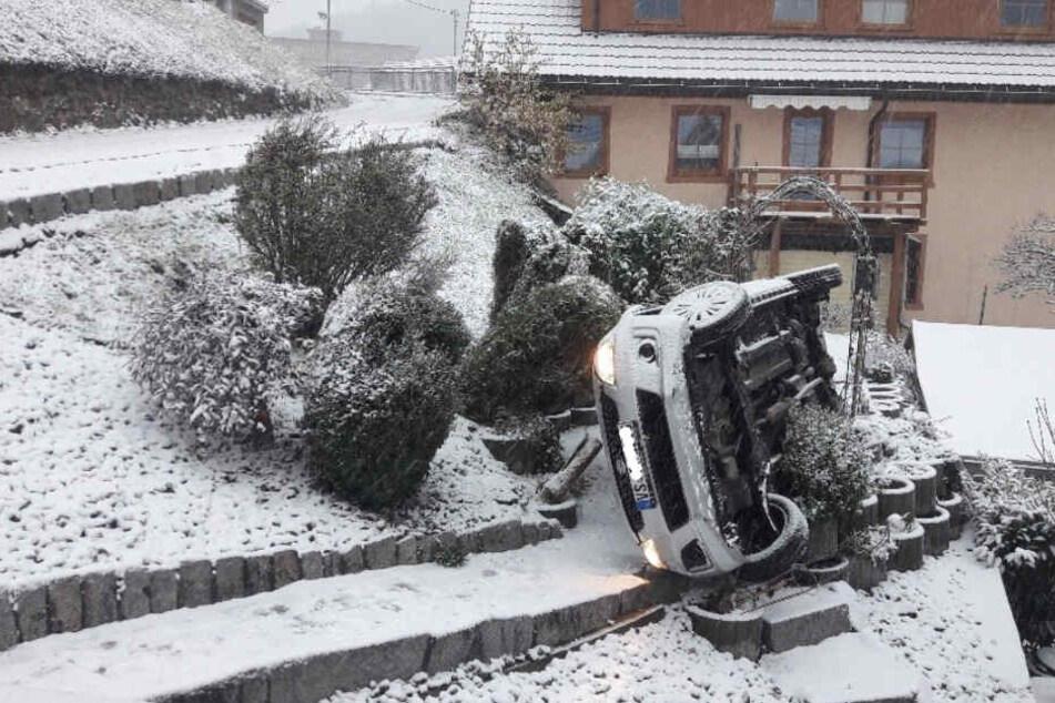 Das Auto überschlug sich an dem Hang.