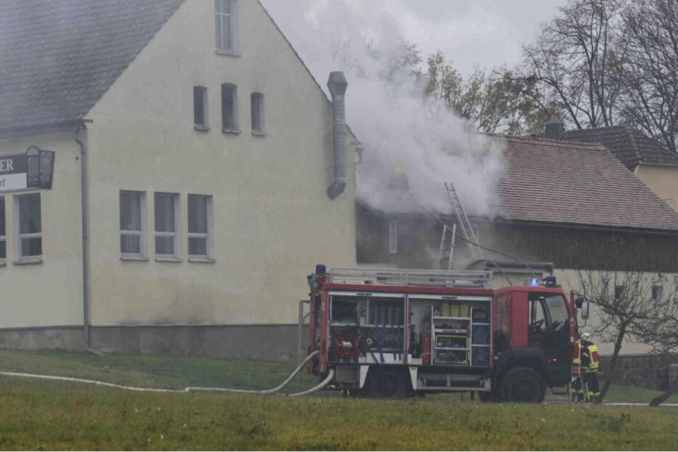 Mehrere Einsatzwagen der Feuerwehr löschen den Brand in Ruppersdorf.