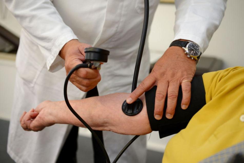 Der Arzt soll fünf Patientinnen missbraucht haben. (Symbolbild)