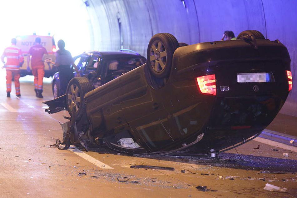 Skoda knallt in Autobahn-Tunnel gegen Ford und überschlägt sich: Zwei Kinder verletzt