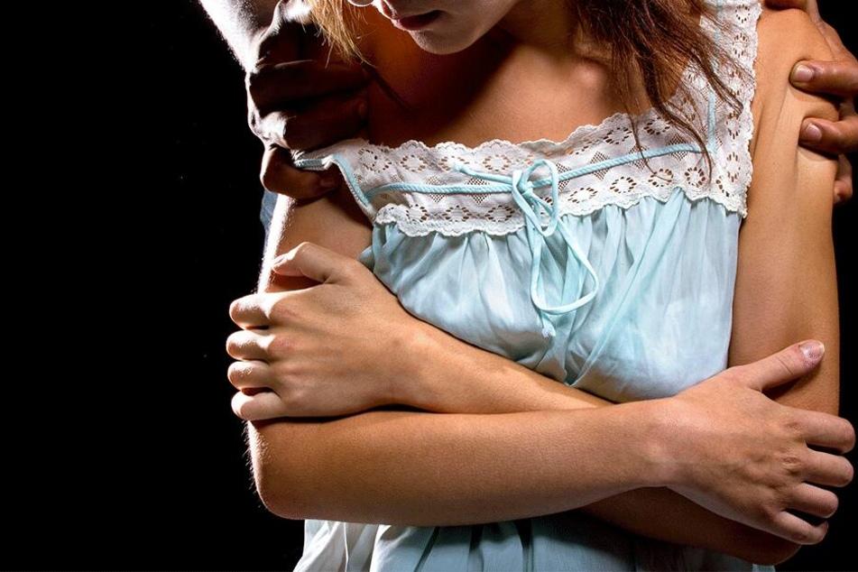 Vater überredet guten Freund, seine Tochter zu vergewaltigen und sieht dabei zu