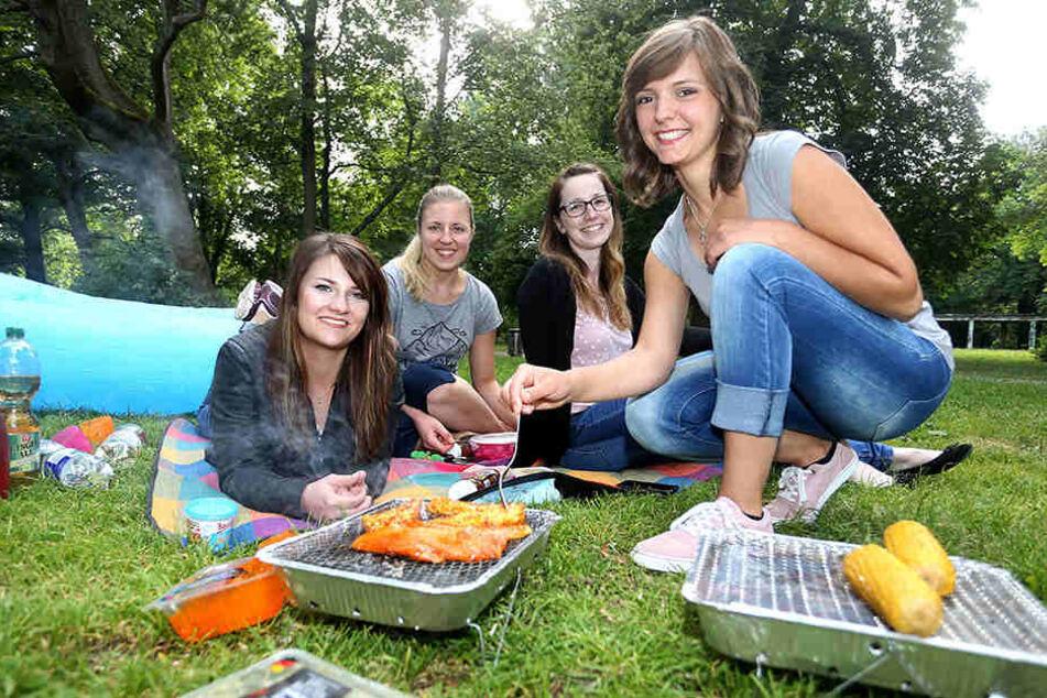 Das erste Mal grillten die Freundinnen Anika Bartl (22), Julia Plath, Luisa Wagner und Christina Hoyer (alle 23) auf der Schloßteichinsel.