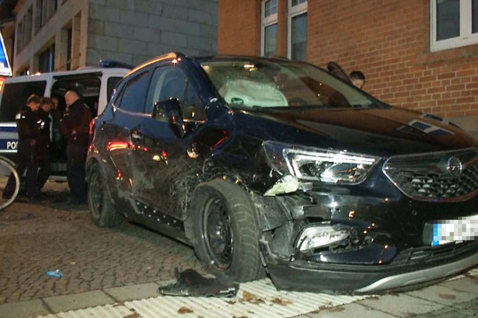 Schon wieder: Mann crasht Polizeiauto bei Flucht mit geklautem Pkw