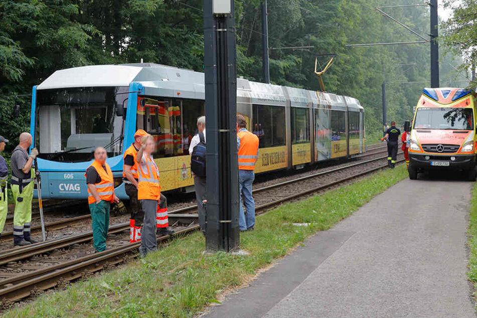 In Chemnitz ist ein Mann von einer Straßenbahn erfasst worden.