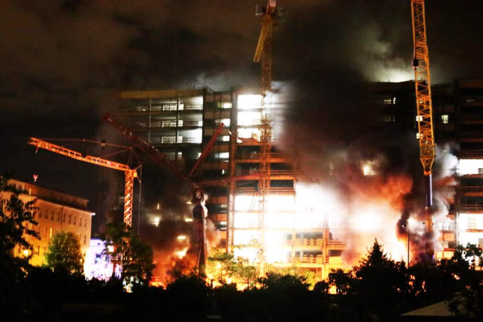 Dichte schwarze Rauchschwaden zogen in der Nacht zu Donnerstag durch den Leipziger Osten. Die mutmaßlichen Täter nahmen billigend in Kauf, dass die angezündeten Kräne einstürzen und Personen zu Schaden kommen.
