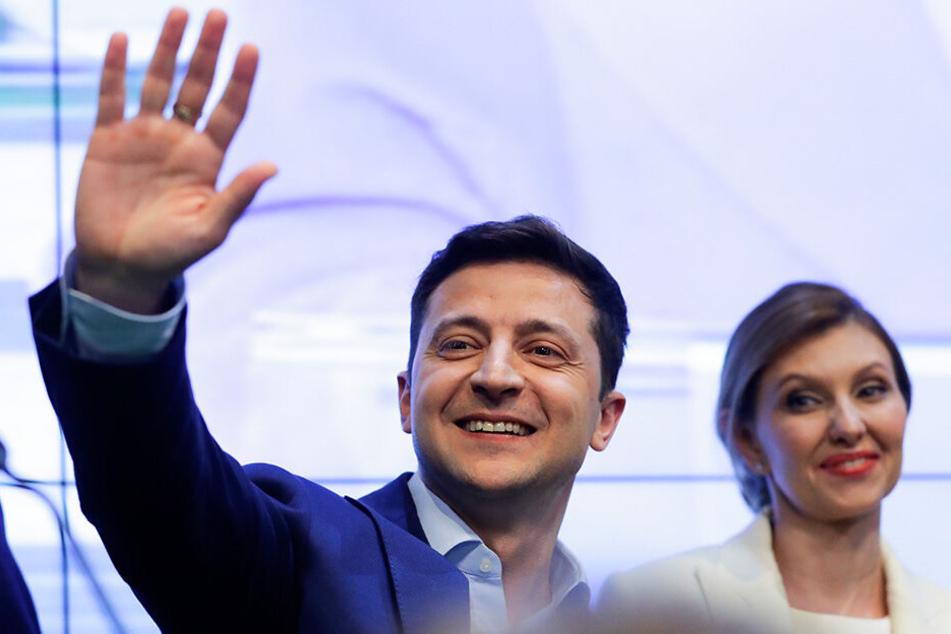 Wolodymyr Selenskyj und seine Frau Olena Selenska begrüßen ihre Unterstützer in seinem Hauptquartier nach den Wahlen.