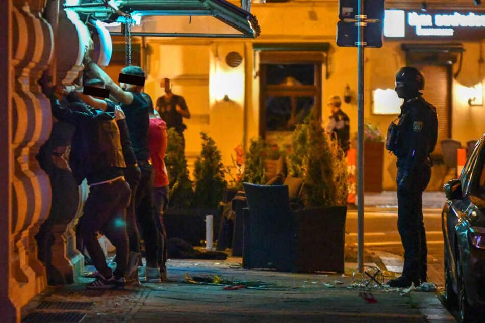 Mehrere Personen, die sich in der Bar aufhielten, wurden in Polizeigewahrsam genommen.
