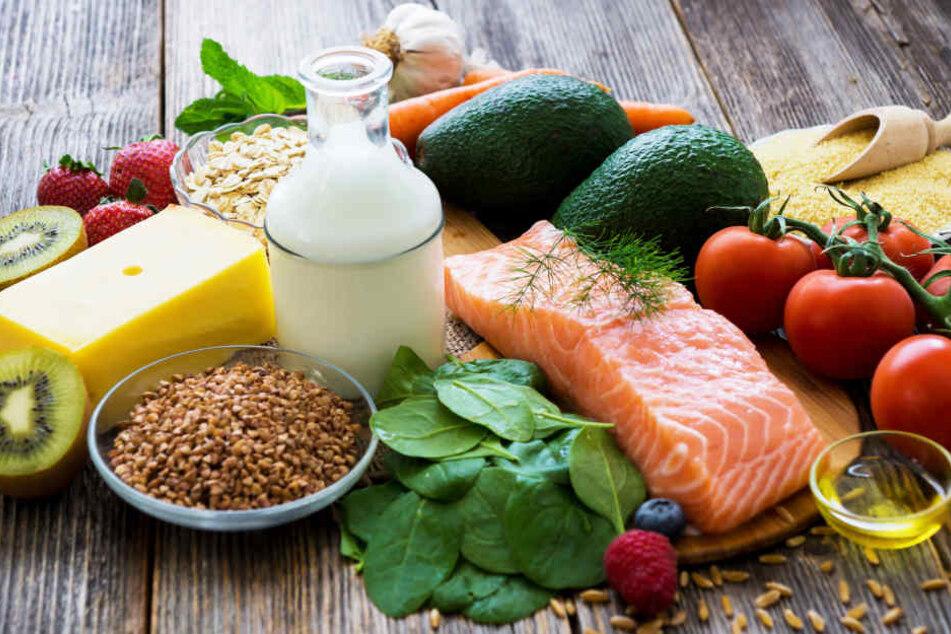 Eine gesunde Ernährung bewahrt meist schon davor, einen starken Kalorienüberschuss am Ende des Tages zu haben und damit eher zu-, als abzunehmen.