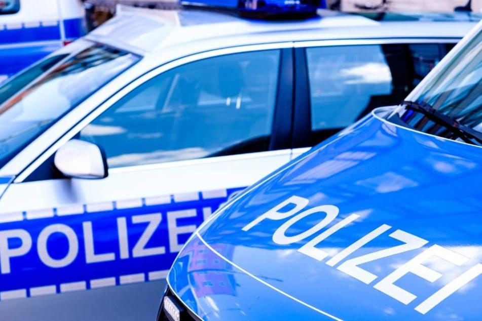 Die Polizei leitet den Verkehr aktuell an der Unfallstelle vorbei. (Symbolbild)