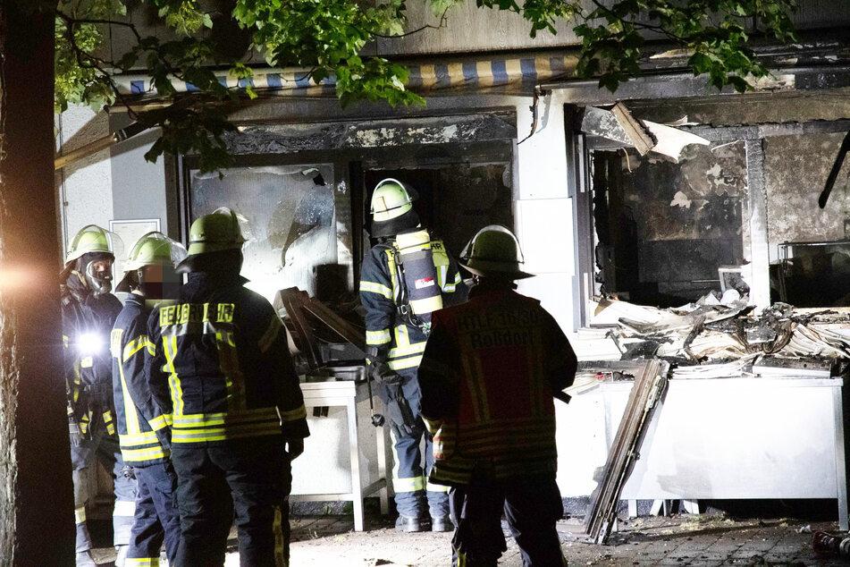 Der entstandene Gesamtschaden am Gebäude wird nach ersten Schätzungen auf mehrere zehntausend Euro beziffert.