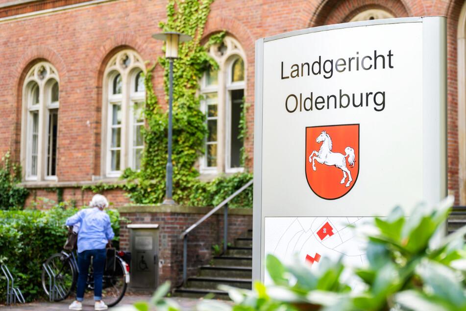 Seit Donnerstag läuft vor dem Landgericht Oldenburg der Prozess gegen einen 30-Jährigen, der seine Frau und seinen Sohn mit einer Machete getötet haben soll. (Symbolfoto)
