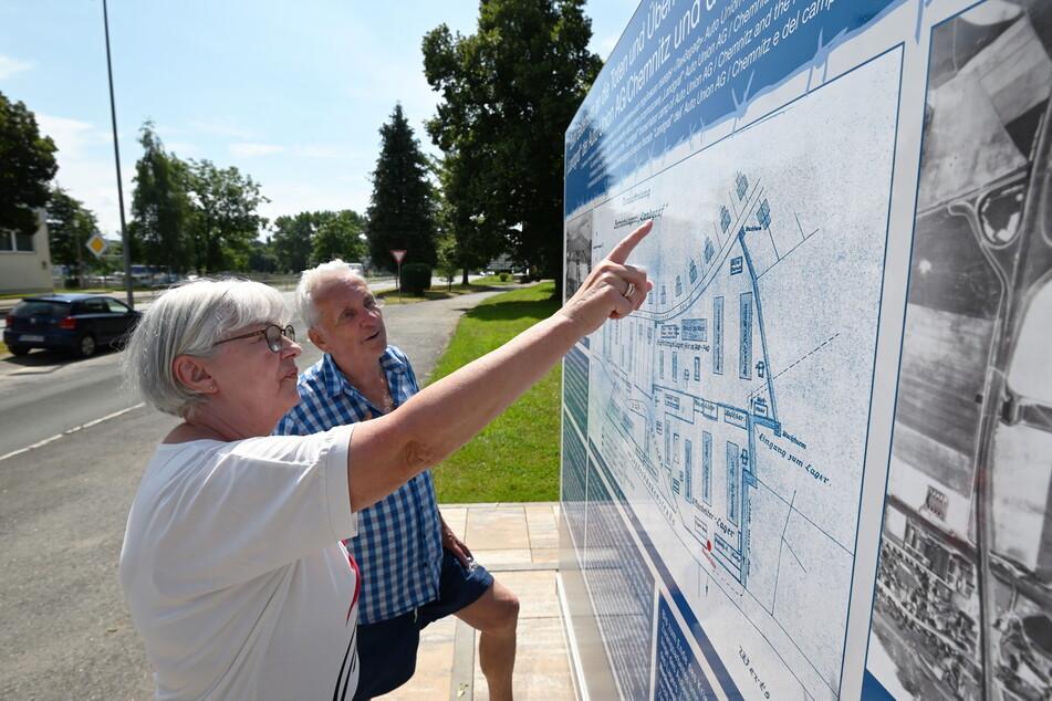 """Anwohner Bernhard (81) und Christa Pilz (72) vor der Gedenktafel des Zwangsarbeiterlagers """"Landgraf"""", das sich ehemals auf dem Bau-Areal befand."""