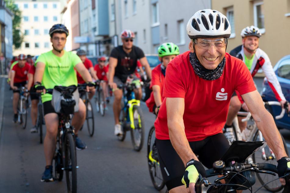 """Der ehemalige Radrennfahrer Ortwin Czarnowski fährt während des Starts des """"Rollenden Klassenzimmers"""" nach Berlin vor Schülern."""