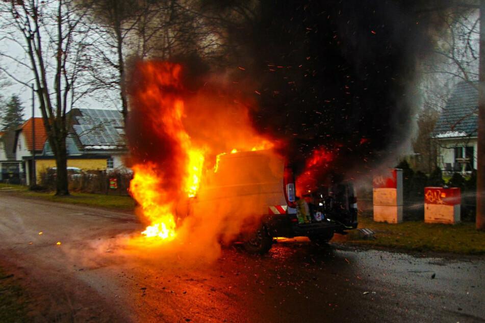 Handwerker-Auto geht in Wohngebiet in Flammen auf