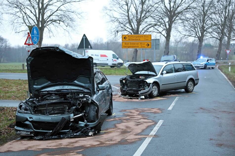Die beiden Unfallwagen stehen auf der Straße.