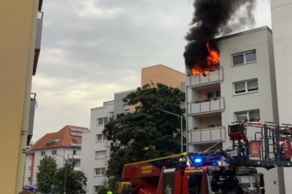 Beim Eintreffen der Einsatzkräfte gegen 17 Uhr hatten die Flammen bereits auf die Wohnung übergegriffen und loderten auf dem ganzen Balkon.