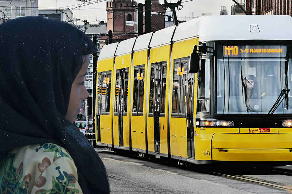 Das Mädchen stieg aus, als der Bahnfahrer die Meldung durchsagte, dass er keine Kopftuch-Trägerinnen befördere.