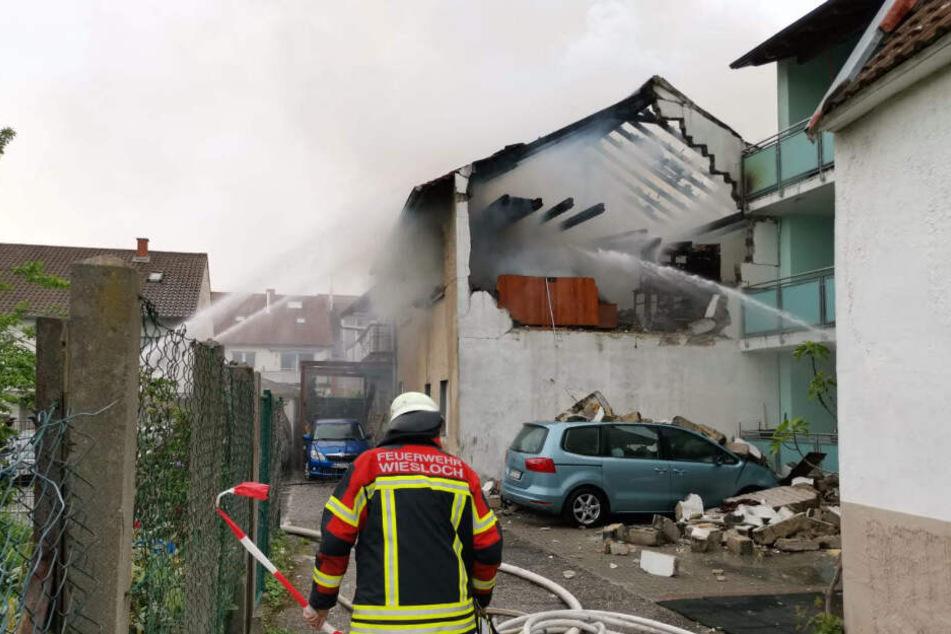 Die Feuerwehr kämpft von mehreren Seiten gegen den Brand an, das Gebiet wurde weitläufig abgesperrt.