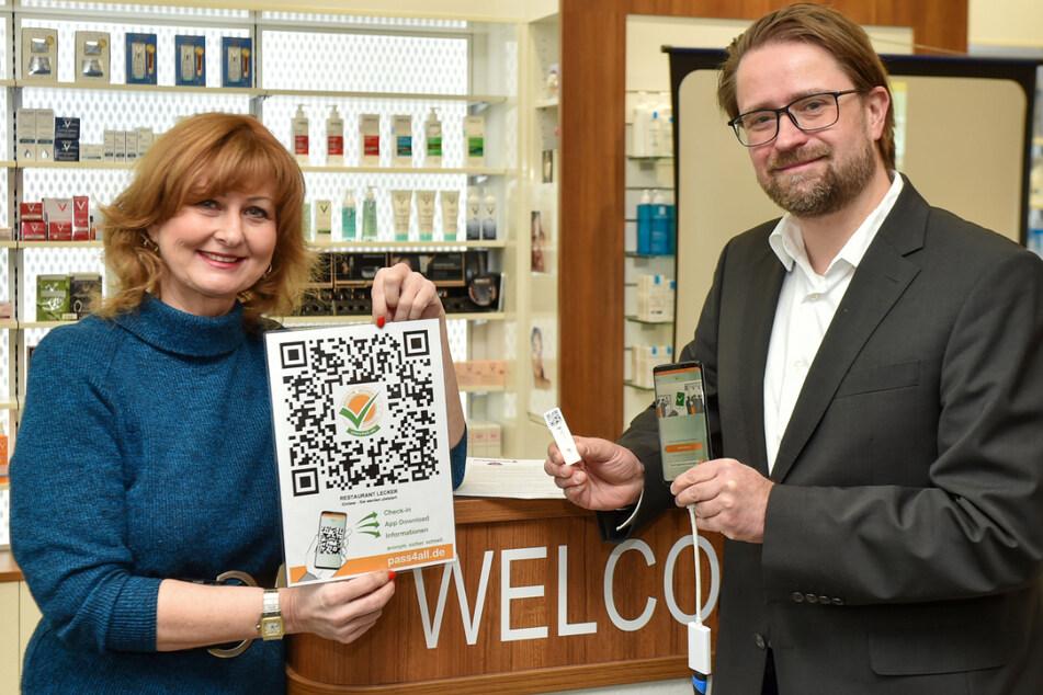 Die pass4all-Chefs Jörg Meißner (48) und Kathleen Parma (56) haben Freitag die neue Funktion ihrer App vorgestellt.
