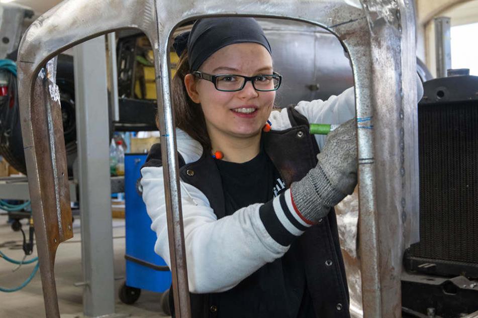Sue (19) macht die Arbeit in der  technischen Restauration viel Freude. Hier arbeitet sie an einer Kühlermaske von  einem Horch.