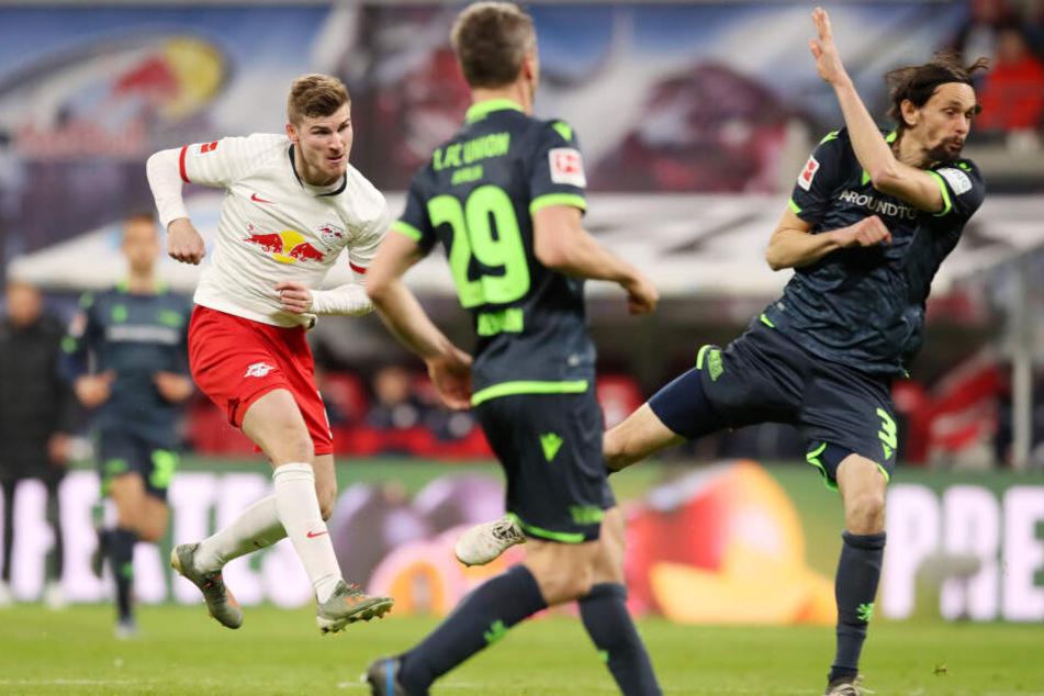 Eine verunglückte Klärungsaktion des vorherigen Torschützen Maris Bülter nahm Timo Werner (l.) Volley und traf wuchtig zum Ausgleich. Der Nationalspieler traf später auch zum 3:1-Endstand.