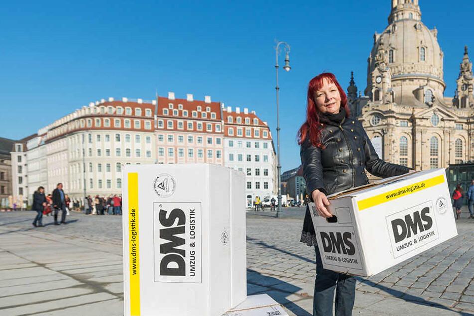 Erfolgsautorin Sabine Ebert (60) zieht nach Dresden um: Jetzt sind die Möbelkartons am Neumarkt vor der Frauenkirche eingetroffen.