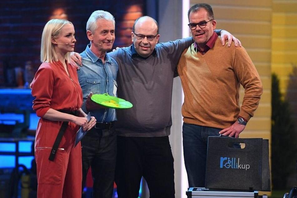 Die beiden Bielefelder Erfinder (v.r.) und ihr Finalgegner Hans-Jürgen Moog erwarten das Endergebnis.