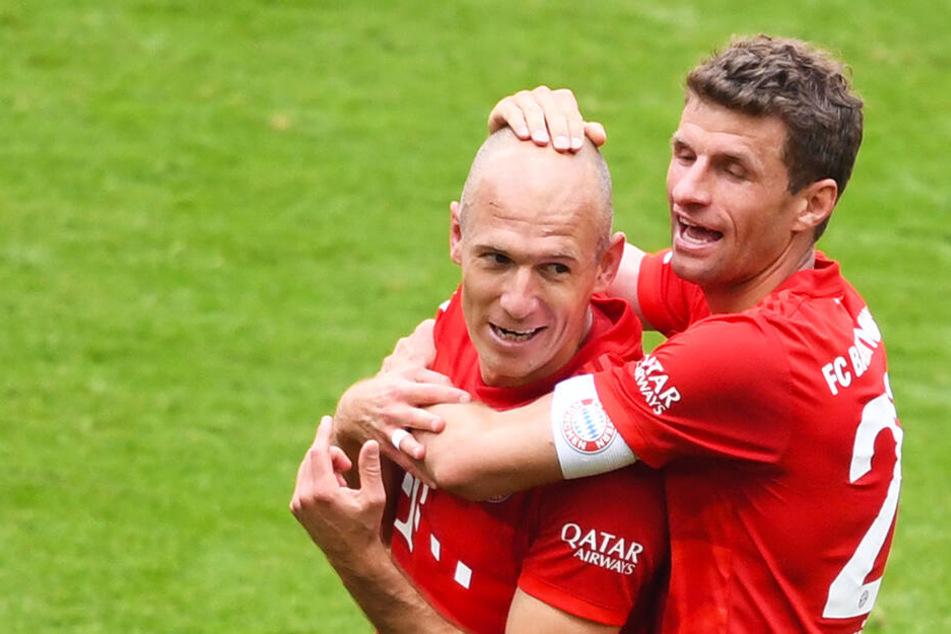 Thomas Müller freute sich, denn Arjen Robben (l.) traf wie auch Franck Ribery zum Abschluss seiner großen Bundesliga-Karriere noch einmal.