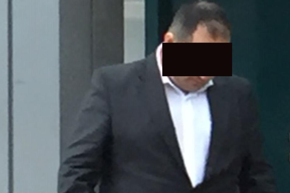 Der verurteilte 34-Jähriger verlässt das Gerichtsgebäude in Brühl.