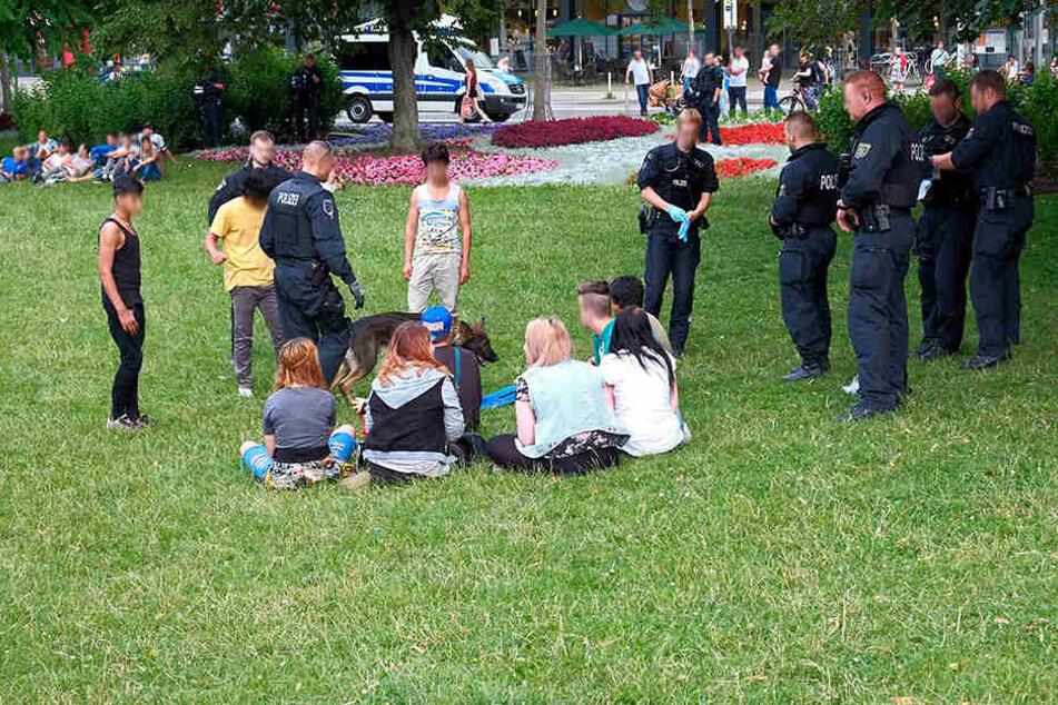 Beamte kontrollieren bei einer Razzia Jugendliche im Stadthallenpark (Archivfoto).