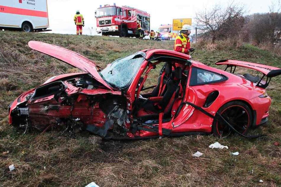 Der Porsche wurde bei dem Unfall völlig zerstört.
